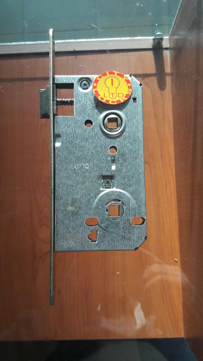 Обикновена врата за по-сигурни овътрешни помещения